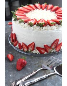 Take off the stems and you're good Strawberry Cake Decorations, Strawberry Cakes, Baking Recipes, Cake Recipes, Dessert Recipes, Just Desserts, Delicious Desserts, Cake Decorating Designs, Summer Cakes