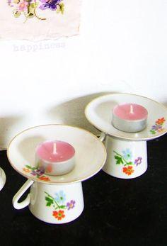 Je hebt nodig;  -porselein lijm  -porseleinen kandelaars  -leuke oude schoteltjes  -oude thee kopjes   All you need;  -porcelain glue  -a po...