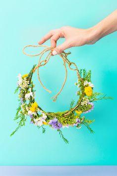 Blumenkranz selber machen aus Gartenblumen