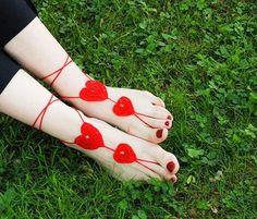 Accessori piedi spiaggia per matrimonio con cuore uncinetto. Crochet barefoot sandals. #wedding