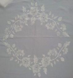 Κεντρικό κομμάτι απο ολομέταξο μεγάλο τραπεζοκαρέ απο κρεπ ντε σίν .Κεντημένο με βυζαντινή βελονιά,ριζοβελονιά και στρας svarovsky στο κέντρο των λουλουδιών.Γύρω χειροποίητη δαντέλα πλεγμένη με το βελονάκι με φυτικό μετάξι. Γιούλη Μαραβέλη-Χαλκίδα.Τηλ:22210 74152.