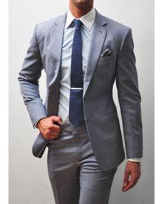 Un buen traje de calle en tonos básicos como el gris puede ser una de las grandes opciones para aquellos papás que estáis buscando una opción versátil para la #Comunión de vuestro hijo. Este tipo de trajes se adaptan a todo tipo de situaciones y podréis seguir usandolo para eventos de elegancia como invitados de boda o incluso para el trabajo en la oficina. #Comuniones #Invitados #Oficina #Trajes #Pontetraje #ModaHombre #MiguelCarreguí #Castellón