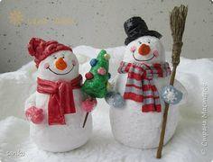 Жили- были два весёлых друга!)) Снеговички тоже в полюбившейся мне технике ватного папье-маше. фото 1