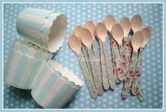 cucharitas de madera decoradas con flores y tarrinas de rayas azules y blancas para un cumpleaños Pedidos: detallisime@yahoo.es