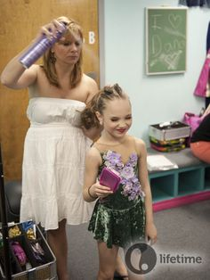 Melissa Gisoni helping her daughter, Maddie Ziegler, with her hair Dance Moms Funny, Dance Moms Facts, Dance Moms Dancers, Dance Mums, Dance Moms Girls, Dance Recital, Abby Lee, Dance Moms Costumes, Dance Outfits