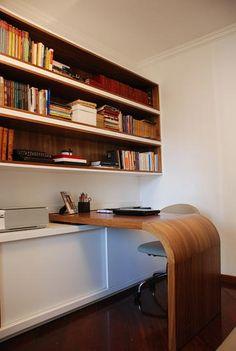A marca deste home office de Karen Pisacane é a versatilidade. A mesa com o canto arredondado tem um trilho nas extremidades que permitem que ela se mova pelo quarto, que tem um sofá cama para os visitantes. Para não deixar o ambiente escuro, a arquiteta combinou branco e tons de madeira.