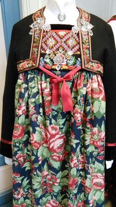 Hallingbunad med stuttrøye og bringeduk. Foto Vibeke Hjønnevåg Folk Costume, Costumes, Folk Embroidery, Going Out Of Business, Bridal Crown, Traditional Outfits, Vintage Photos, Norway, Bridal Dresses