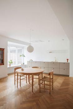 La cuisine scandinave & minimaliste de Camilla Bækvad - Frenchy Fancy Modern Kitchen Cabinets, Kitchen Cabinet Design, Earth Tone Decor, Parquet Chevrons, Interior Styling, Interior Design, Inspiration Design, Scandinavian Design, Decoration