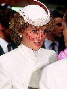 Pakisztánba költözött volna Diana hercegnő - Hasnat Khannal két évig voltak együtt, 1995-től 1997-ig: http://www.life.hu/szepulj/20130801-diana-walesi-hercegno-meg-pakinsztanba-is-elkoltozott-volna-szivsebesz-szerelme.html