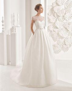 Vestido de noiva confecionado com corpo de tecido transparente e saia de organza e mikado. Coleção 2017 Rosa Clará