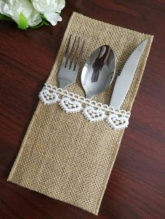 Welcome to my shop! Burlap Ngredients: natural hemp, Burlap Colors: natural brown, All edges are,Machine sewn around to prevent fraying. Silverware holder measures: pocket depth If Need other sizes or pieces, you can email tell me the size you Burlap Crafts, Diy Home Crafts, Sewing Crafts, Sewing Projects, Burlap Table Decorations, Burlap Table Runners, Burlap Silverware Holder, Cutlery Holder, Rustic Wedding Menu