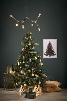 Ga voor een chique boom en combineer blauw met goud! #kerst #kerstboom #kerstinspiratie #kerstballen #boomversiering #kerstversiering #kwantum