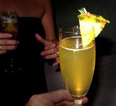Cocteles para Año Nuevo.  Ananá Fizz para 4 personas.  •1 lata de piña (ananá) al natural  •4 cucharadas de azúcar impalpable (en polvo)  •El jugo de dos limones  •1 botella de champaña, cava o vino espumoso    Licuar el ananá con un poco del champaña, mezclar los ingredientes en una coctelera.