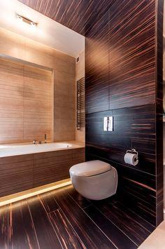 Łazienka dzieci z ciemnym drewnem i soczystą czerwienią. Ściana połączona z podłogą i sufitem.