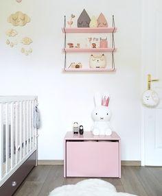 Table de chevet vieux rose et lampe géante lapin