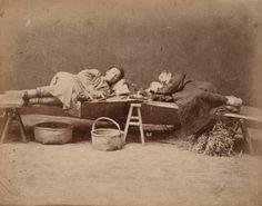 """""""Two opium smokers"""", ca. 1870-1875. Tirage albuminé monté sur carton, titré en caractères d'imprimerie sur le montage, numéro de négatif """"25"""" dans le négatif. 21,3 x 27,1 cm"""