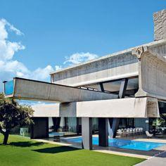 Une maison massive et aérienne