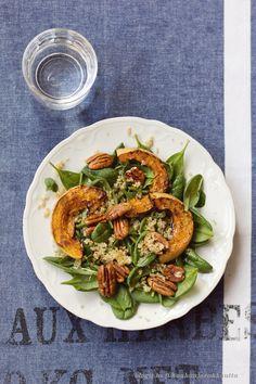 Kurpitsasalaatti: pinaattia, kvinoaa ja paahdettua kurpitsaa