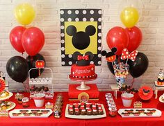 Party Decorations Simple Mickey Mouse Ideas For 2019 Minnie Mouse Candy Bar, Mickey Mouse Smash Cakes, Fiesta Mickey Mouse, Mickey Cakes, Mickey Y Minnie, Mickey Mouse Parties, Mickey Party, Mason Jar Party, Fun Party Themes