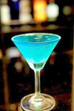 おしゃれで青いカクテルです。スパークリングで、すっきりした甘さで、女性にもおすすめです!