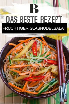 Nudelsalat - die besten Rezepte für Partys. In mundgerechten Portionen auf edlen Löffeln serviert, macht der Salat aus Glasnudeln richtig Eindruck. Paprika und Papaya sorgen für geschmackliche Höhepunkte. Zum Rezept: Fruchtiger Glasnudelsalat.