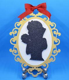 Centro de Mesa de Blanca Nieves para fiestas! Cada tarjeta tiene el espejo dorado de blanca nieves cortado en un cartón grueso de 105 #. La silueta de blanca nieves está cortada en cartulina de color negra en brillo y están pegadas en forma 3D. ~~~~~~~~~~~~~~~~ DESCRIPCIÓN Snow White Mirror, Mirror Centerpiece, Snow White Birthday, White Baby Showers, Baby First Birthday, Disney Diy, Baby Party, Princess Party, First Birthdays