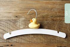 Dit zou meteen de favoriete hanger zijn hier thuis :-) kraamcadeau maken : DIY kleerhanger : Moodkids