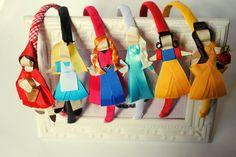 kit de arcos com 3 princesas  Você pode escolher quais princesas / personagens quer.  preço pelo kit com 3 unidades    *princesas modelo LUXO não estão inclusas neste kit  ** arco de tamanho unico - aprox 39cm de ponta a ponta Diy Birthday, Birthday Gifts, Princesas Disney, Hair Band, Headpiece, Headbands, Hair Accessories, Bows, Diy Crafts