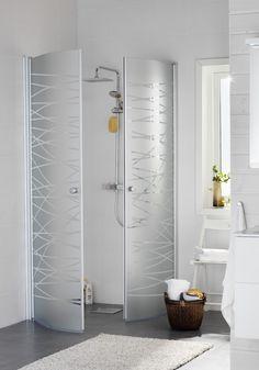 Hafa Igloo Stripe Duschhörn. Linjerat frostat mönster på stilren dusch med silverfärgade profiler. Smäckra grepp-vänliga handtag i metall. Smart konstruktion lyfter dörrarna vid öppning och de kan fällas inåt för att spara utrymme när duschen inte används.