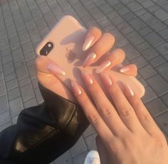 The advantage of the gel is that it allows you to enjoy your French manicure for a long time. There are four different ways to make a French manicure on gel nails. Dream Nails, Love Nails, Fun Nails, S And S Nails, Cute Acrylic Nails, Acrylic Nail Designs, Glitter Nails, Gold Glitter, Nagel Gel