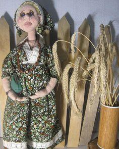 """Аглая, кукла ручной работы, рост 46 см,  беременна.  Волосы соломенные, длинные , заплетены и убраны в корону. Глазки голубые. Платье в пол зеленоватое в """"бабушкины цветочки"""" с кружевами. Украшения-в ушках серьги, на шее бусы деревянные  и сердечко на шнурке, на руке браслет серебряный. На ножках туфельки коричневого цвета (папье-маше)  Безопасна, гнется во все стороны, одежда съемная, белье нижнее достойное такой барышни. Стоит на спиле дерева на подставке Чудесная девочка в хороший дом, в…"""