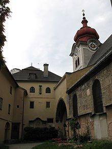 Abadía de Nonnberg - La abadía de Nonnberg (también conocida como Abadía de San Pedro, en alemán: Benediktinenstift Nonnberg, monasterio en el monte de las monjas) es un monasterio benedictino situado en Salzburgo, Austria. Se hizo internacionalmente conocido por una de sus antiguas novicias, María Augusta Kutschera, cuya vida sirvió de base para la película Sonrisas y lágrimas.