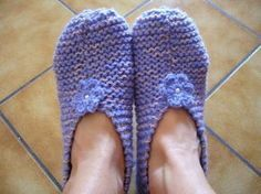 Someone asked me for the tutorial knit slippers. Knitted Booties, Knitted Slippers, Slipper Socks, Easy Knitting, Knitting Socks, Socks And Sandals, Owl Hat, Knit Patterns, Knit Crochet