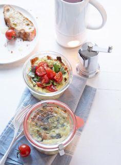 Im Weckglas wird das mit Parmesan, Zucchini und Pancetta verfeinerte italienische Ei mit frischem Tomaten serviert.