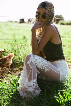 Some of the most popular boho outfit! I like the circulate and aesthetic of one's hippie energy! Boho Hippie, Looks Hippie, Hippie Masa, Modern Hippie, Boho Gypsy, Bohemian Style Clothing, Gypsy Style, Hippie Style, Bohemian Clothing