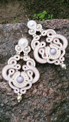 Discover recipes, home ideas, style inspiration and other ideas to try. Soutache Pendant, Soutache Necklace, Beaded Earrings, Earrings Handmade, Beaded Jewelry, Crochet Earrings, Handmade Jewelry, Paper Jewelry, Jewelry Art