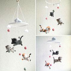Babymobile mit Katzen und Wolken