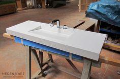 Plan vasque de salle de bain en Corian sur mesure - Fabrication à Aix-en-Provence par Hegenbart.fr Corian, Solid Surface, Outdoor Furniture, Outdoor Decor, Corner Desk, Concrete, Sink, Provence, Table