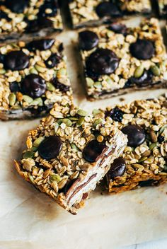 Healthy, hearty granola bars for the whole family? Party Desserts, No Bake Desserts, Delicious Desserts, Chocolate Chip Granola Bars, Chocolate Chips, Snack Recipes, Snacks, Breakfast Recipes, Yummy Eats