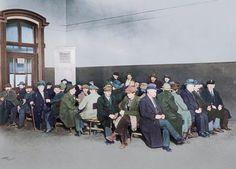 Wartende in einem Arbeitsamt in Berlin.  Foto, 1930; digital koloriert.