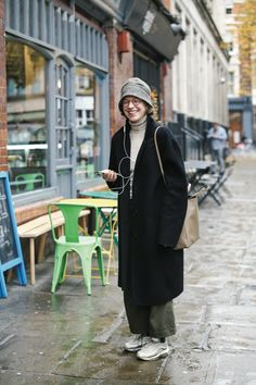 暗めコートでメリハリを。おじさんルックにハイテクスニーカーが気分 | LONDON | ワールドスナップ | FUDGE.jp Hipster Grunge, Grunge Goth, Mode Outfits, Girl Outfits, Fashion Outfits, Womens Fashion, Look Fashion, Winter Fashion, Fashion Design