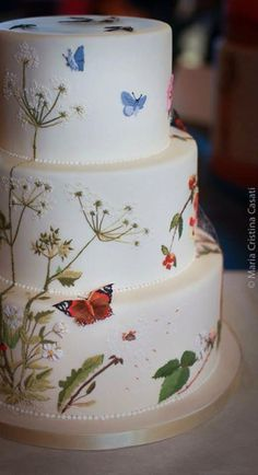 Such a beautiful cake! The embroidery piping is gorgeous #weddingcakes