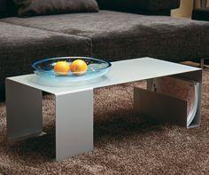 SALONLÖWE SOFATISCH Mit seiner strengen Linienführung ist der Sofatisch Salonlöwe von Jan Kurtz ein außergewöhnliches Design-Möbel. Die zwei breiten Tischbeine geben ihm eine besondere Stabilität.