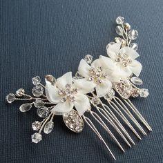 He encontrado este interesante anuncio de Etsy en https://www.etsy.com/es/listing/194343915/flower-bridal-comb-emily-hair-comb
