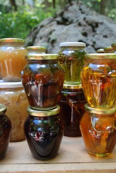 Honey is made by honey bees from the nectar of flowers or secretions of plants, and left to mature on the panels of the beehive. The end product can be fluid, thick or crystallised. The D.O.P. Villuercas-Ibores covers two kinds of honeyd: forest honey (oak, holm oak, chestnut), with a very intense aroma, peculiar malted flavour and dark amber colour; and multifloral honey, with a very aromatic aroma, sweet and pleasant flavour, ranging in colour from light to dark amber, with reddish tones.