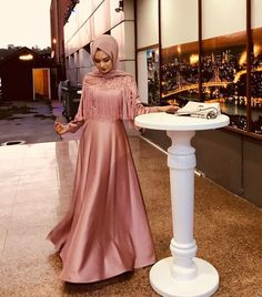Eid al-Fitr is fast approaching, and in honor of the summer holiday, we're serving up 12 outfit ideas to celebrate in style. Hijab Prom Dress, Hijab Evening Dress, Muslim Wedding Dresses, Evening Dresses, Prom Dresses, Casual Dresses, Fashion Dresses, Dress Pesta, Hijab Look