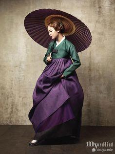 <비단빔> 진초록색 저고리와 진보라색 치마를 입어 우아하고 세련된 자태의 여인.