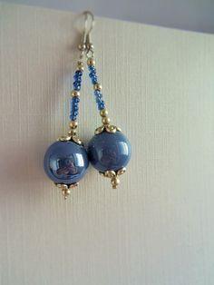 Boucles d'oreille perles céramiques bleues clairs nacrées : Boucles d'oreille par mademoiselle-topaze-bijoux