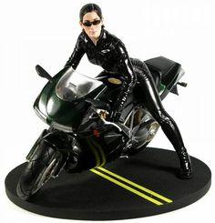 La motocicleta que maneja Trinity es una Triumph Speed Triple negra.