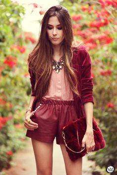 FashionCoolture 27/12/2012 - velvet blazer burgundy leather shorts Choies faux fur clutch pink bracelets Kafé outfit (2)